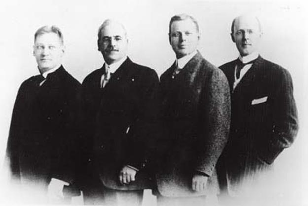 左から、ガスターバス E. ローア、シルベスター・シール、ハイラム E.. ショーレー、 ポール P. ハリス